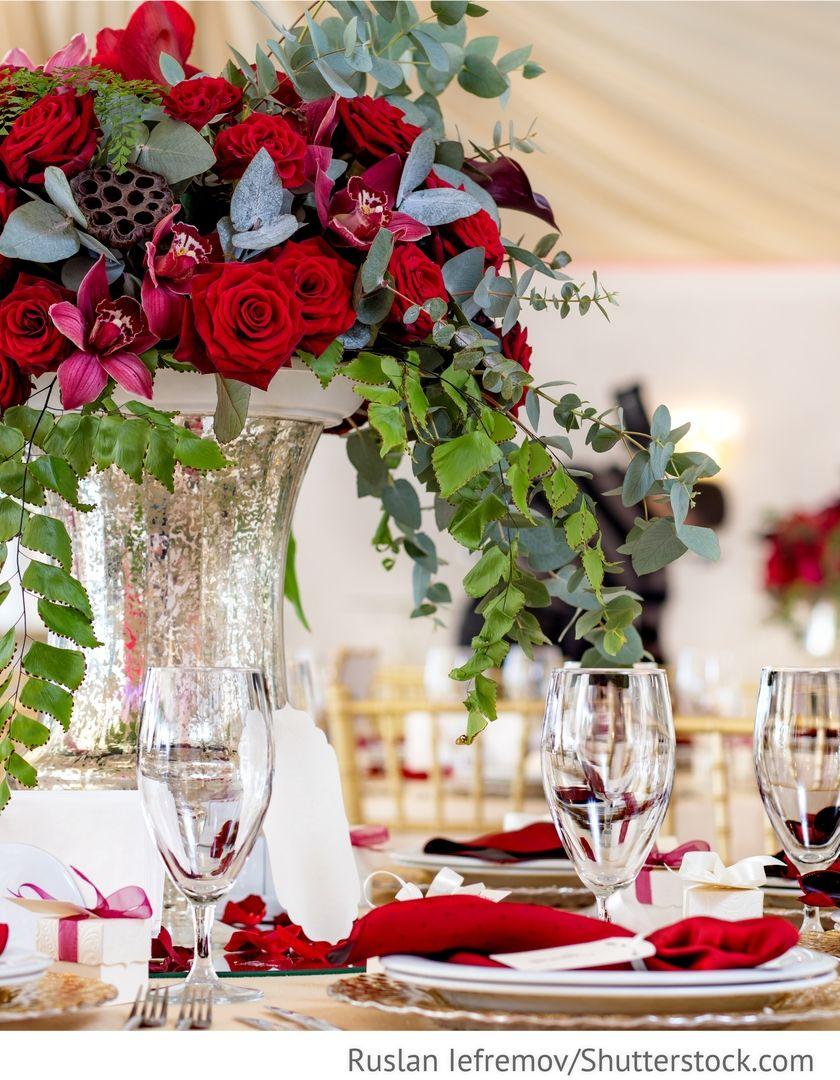 Rote rosen mit orchideen blumen dekoration auf den tischen f r die hochzeit blumendekoration - Dekoration mit orchideen ...