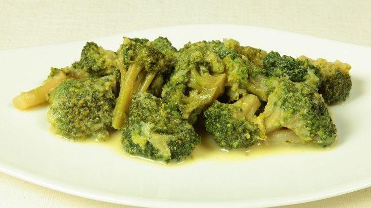 Ricetta Broccolo alla senape: Pulite e lavate i broccoli, copriteli a filo con acqua salata, portate a bollore e togliete subito dal fuoco non appena spicca bollore. Togliete l'acqua calda e riempite con dell'acqua fredda. Lasciate i broccoli immersi in acqua fredda per...