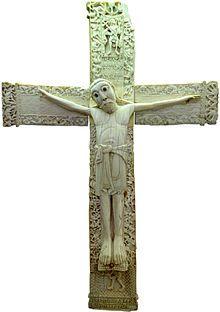 Cristo crucificado: maiestas domini (escultura exenta). La escultura es de cuatro clavos, con los pies separados y con el cuerpo rígido y derecho, con los brazos horizontales, y rostro hierático.  Su tipología es cristo desnudo, cubierto desde la cintura hasta la rodilla con una faldilla.