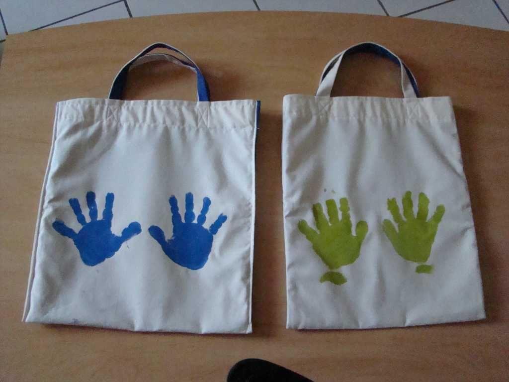 De simples empreintes de mains sur le sac avec de la peinture tissus tote bag pinterest - Comment faire un sac en tissu ...