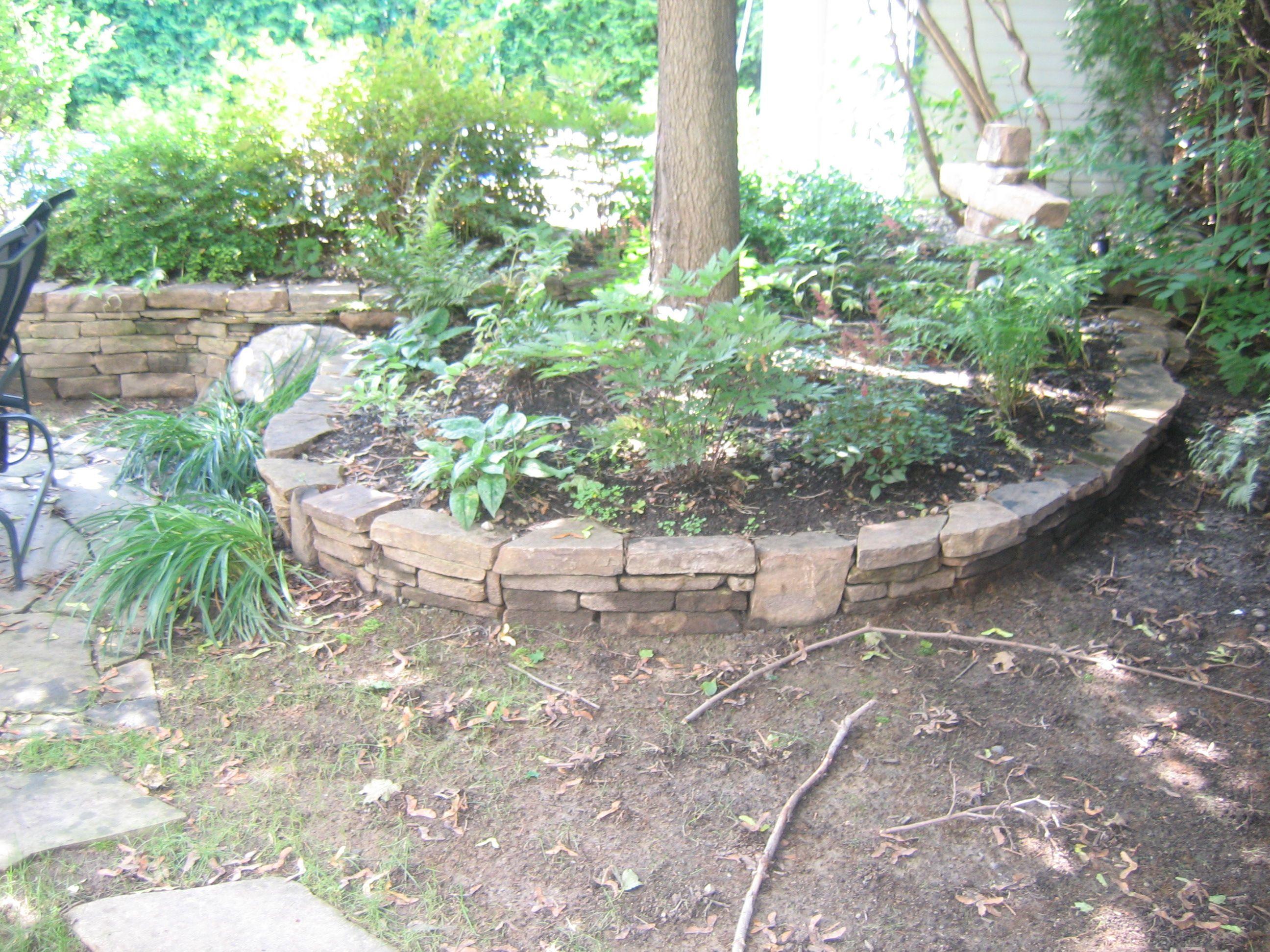 Un joli muret comme celui ci peut agr ablement entourer un for Arbre design jardin