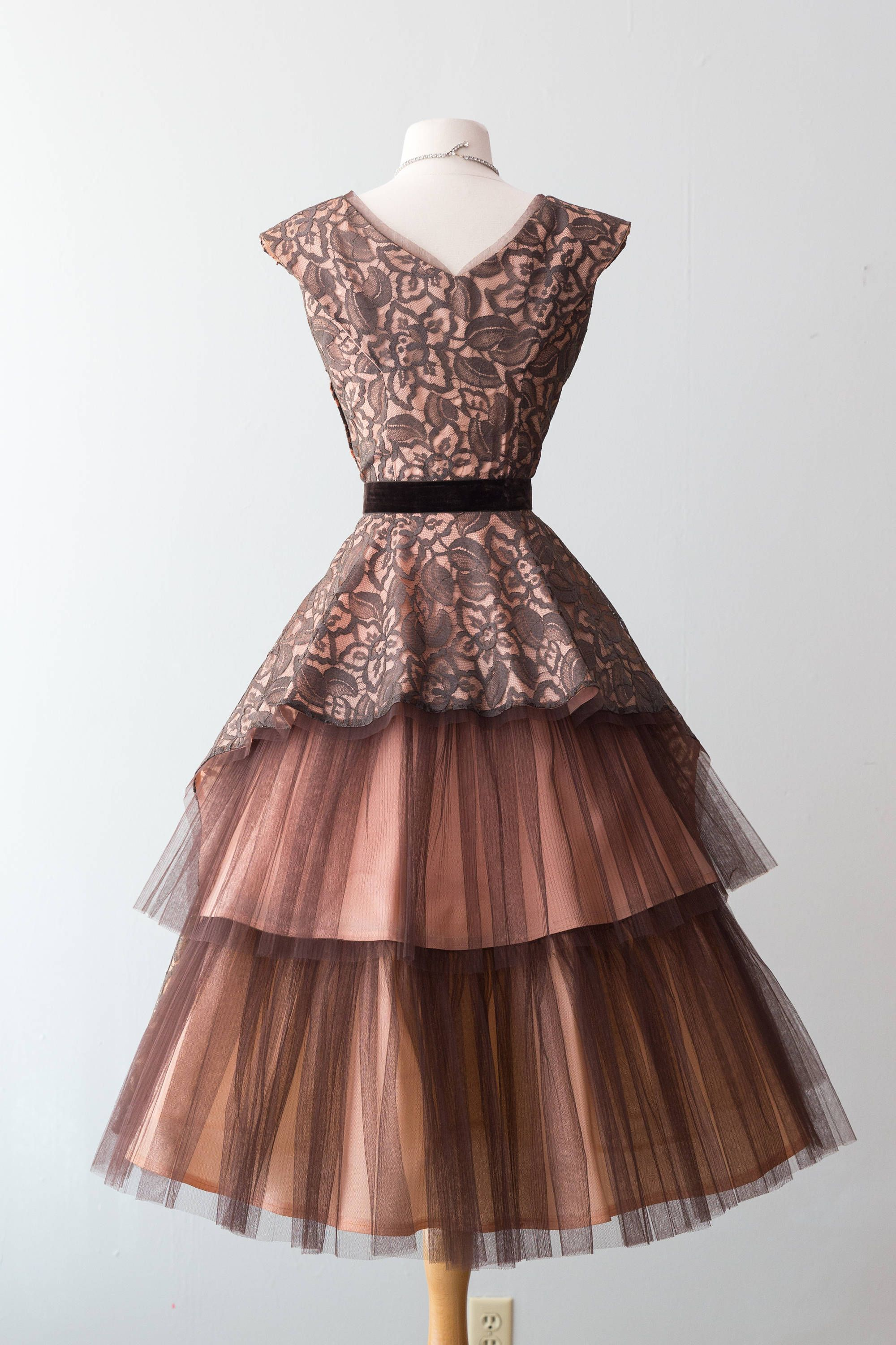 Vintage 1950s Dress 50s Cocktail Party Dress W Chocolate Lace Over Peach Lining Accordion Pleated Tulle Peacock Tail As Schone Kleider Kleider Abendkleid [ 3000 x 2000 Pixel ]