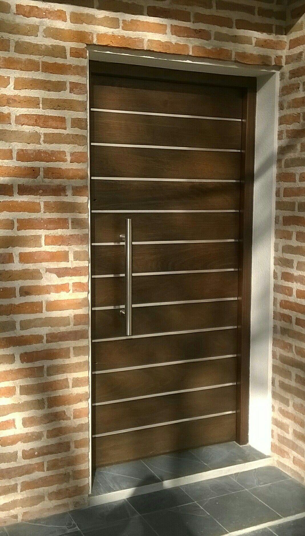 Puerta de apartamento al exterior, marco de madera dura y hoja de ...