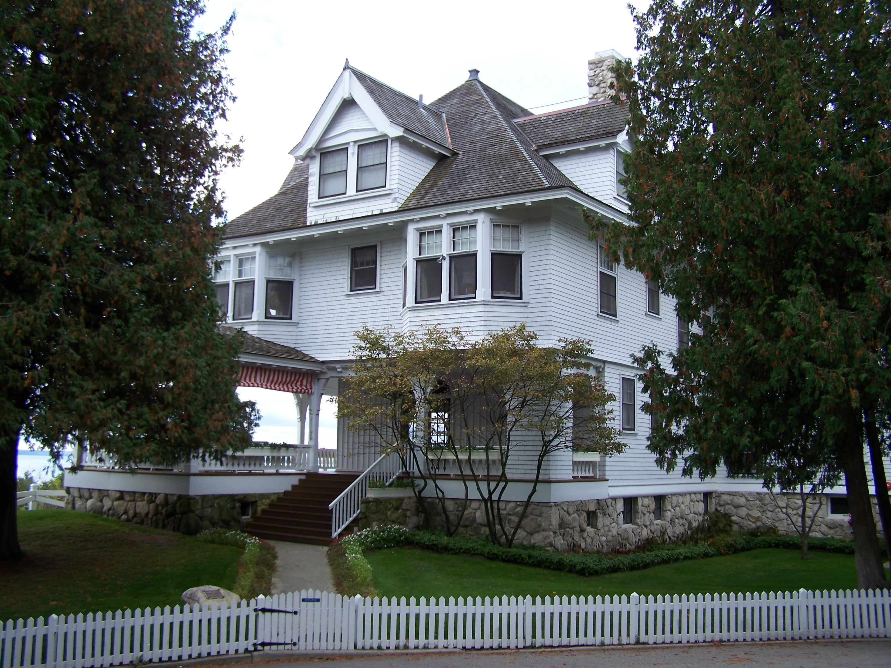 Summer Home For The Governor Of Michigan Known Also As The Lawrence A Young Cottage For The Chicago Attorney Who Ha Mackinac Island Summer House Great Places