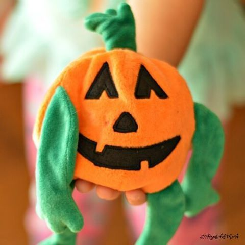 This simple pumpkin 🎃 toy will get you a super fun🖒, low prep 👊Halloween party game. Add music 🎶 and kids 👫(or adults) and you are all set for this 🎃 Halloween 👻 take on hot potato.↪ Follow link in profile for instructions to play.