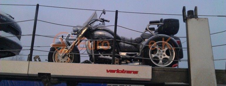 motorrad berf hrung per offenen autotransporter von. Black Bedroom Furniture Sets. Home Design Ideas