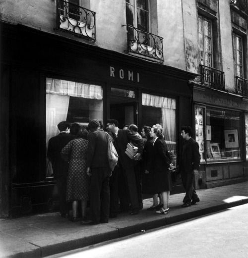 Robert Doisneau - Romi's Art Gallery, Paris, 1948