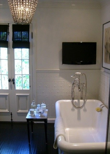 Elegant bathroom with TV, ivory walls paint color, pencil rail with - tv im badezimmer
