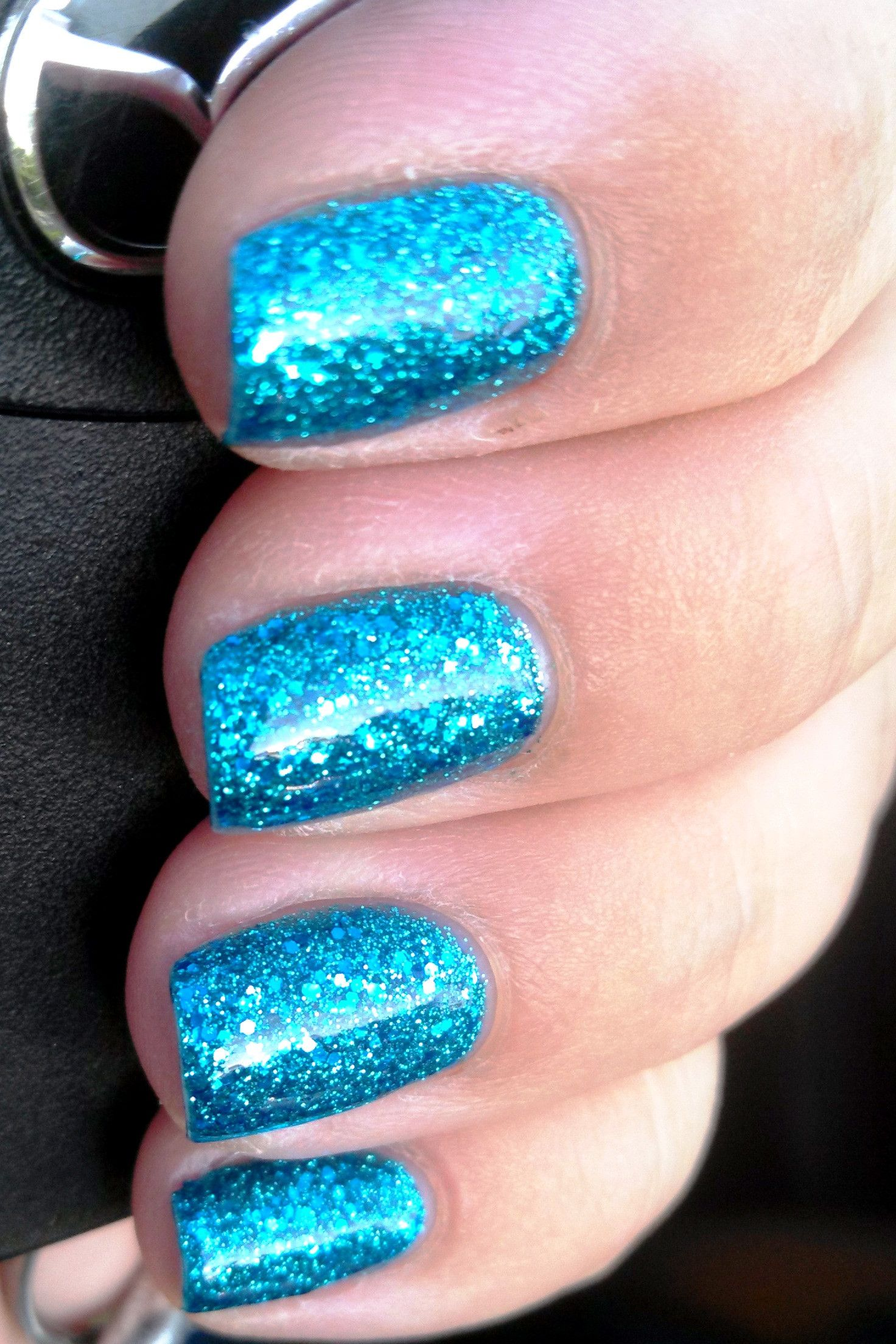 Super Cute Sparkly Nail Design:Info at blog :)