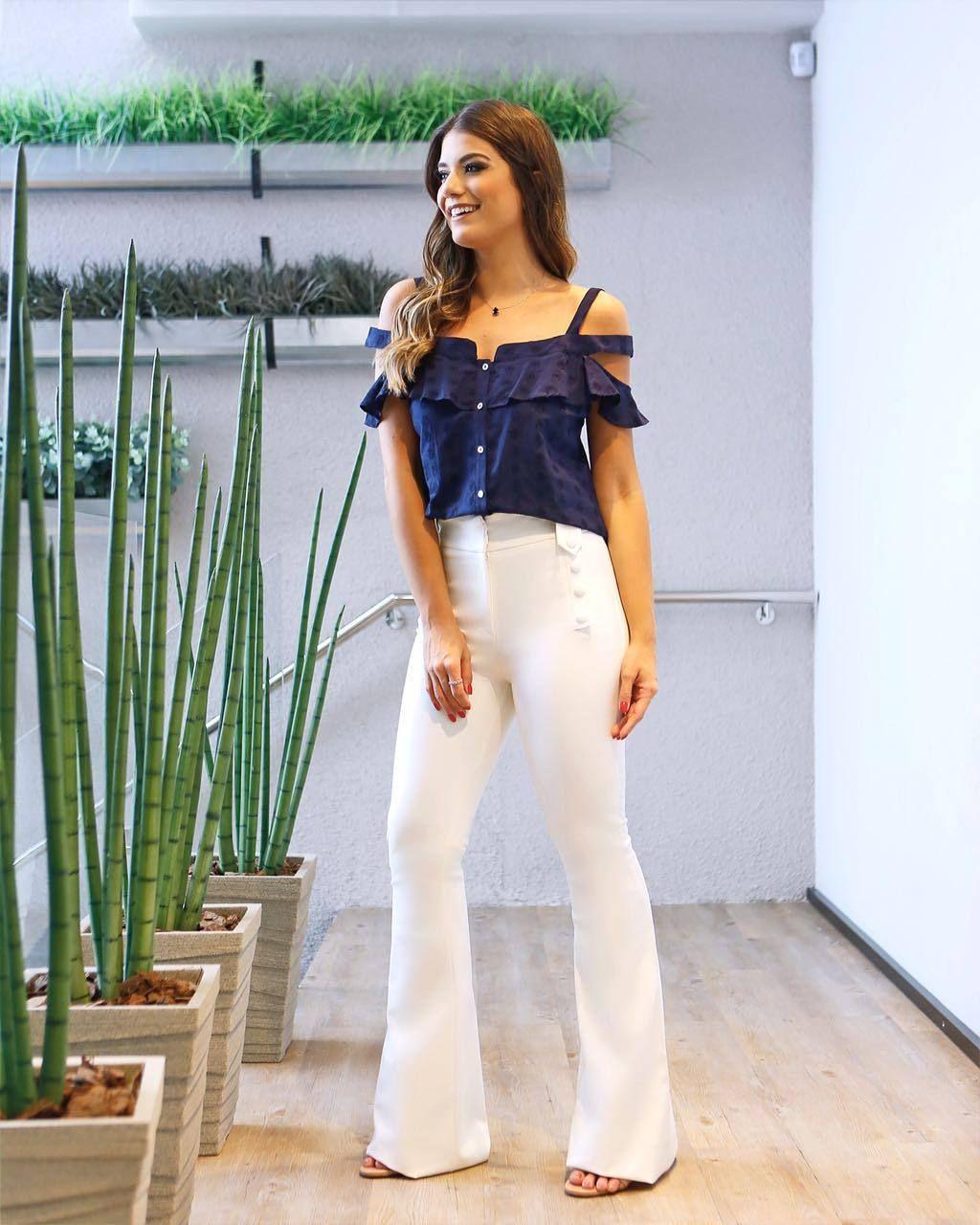 Estamos in love com esse look que a @arianecanovas escolheu: #cropped de laise e #flare com botões aparentes!  #coquetel #newcollection #summer18 #beuniquechic