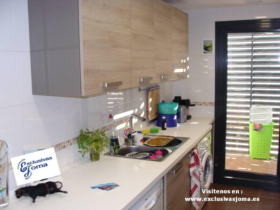 muebles de cocina en color madera roble imperial y encimera de silestone blanco zeus