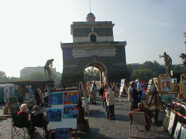 Il mercatino di Ponte Milvio   Aperto dalle ore 9.00 alle 20.00, in piazzale di Ponte Milvio, la prima e la seconda domenica del mese. Perfetto per chi sta cercando mobili e complementi di arredo, collezionismo, antiquariato, oggettistica.