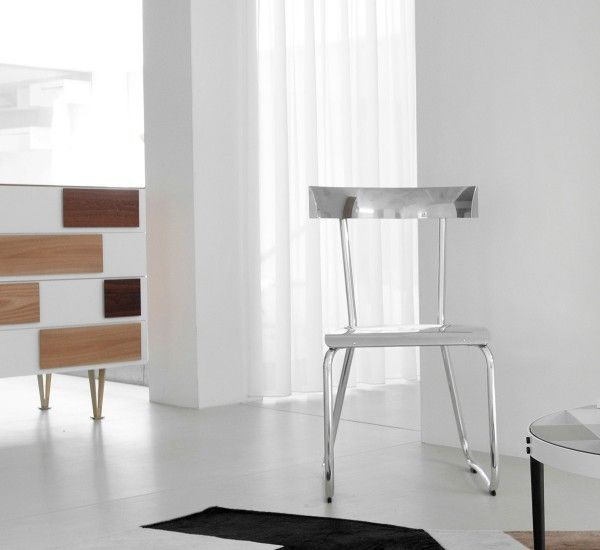 Box designed by Gio Ponti, in different variations between 1952 and 1955, for Molteni. It is characterized by hand-painted drawer fronts in white.