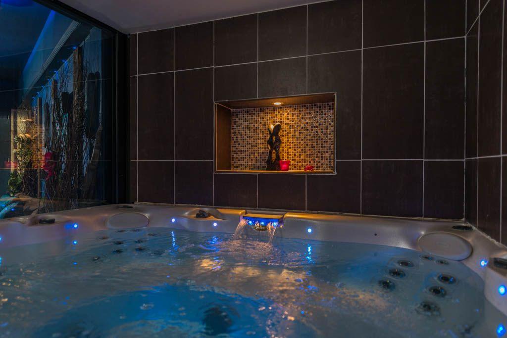 La Suite St Barth Chambre D Hote Romantique Avec Jacuzzi En Location A Marseille Evasion Antillaise Chambres Sous Sol Jacuzzi Spa Interieur