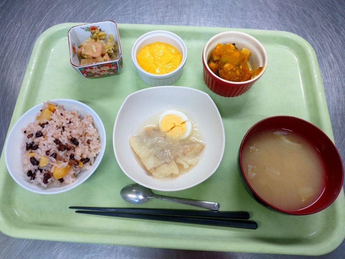 栗赤飯、味噌汁、赤魚のみぞれ煮、かぼちゃと鶏肉の煮物、白菜のわさび醤油かけ、杏仁豆腐でした!