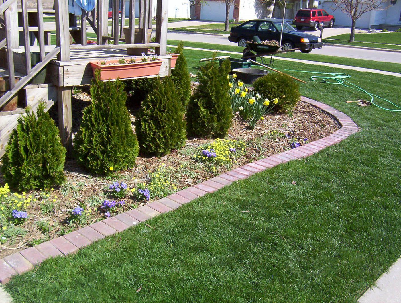 Simple flower bed edging design ideas lawn care for Easy to care for landscaping ideas