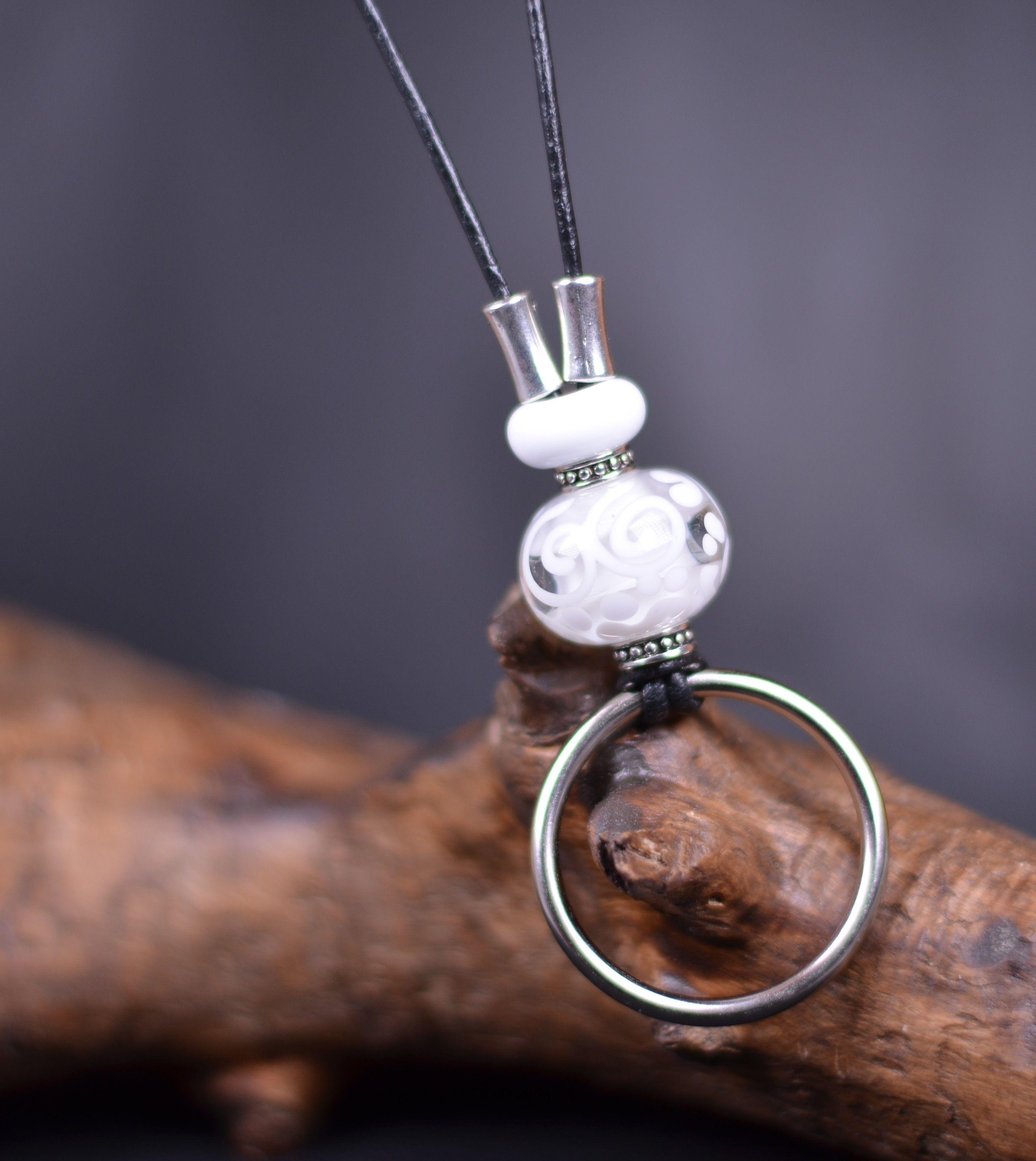 plus récent code promo jolie et colorée collier avec perles de verre blanc cordon cuir noir anneau ...
