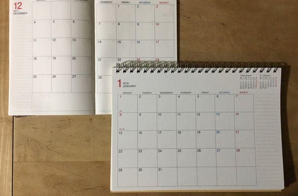(左上)2017年版A6マンスリーと(右下)2018年版マンスリー卓上タイプ カレンダー状態比較