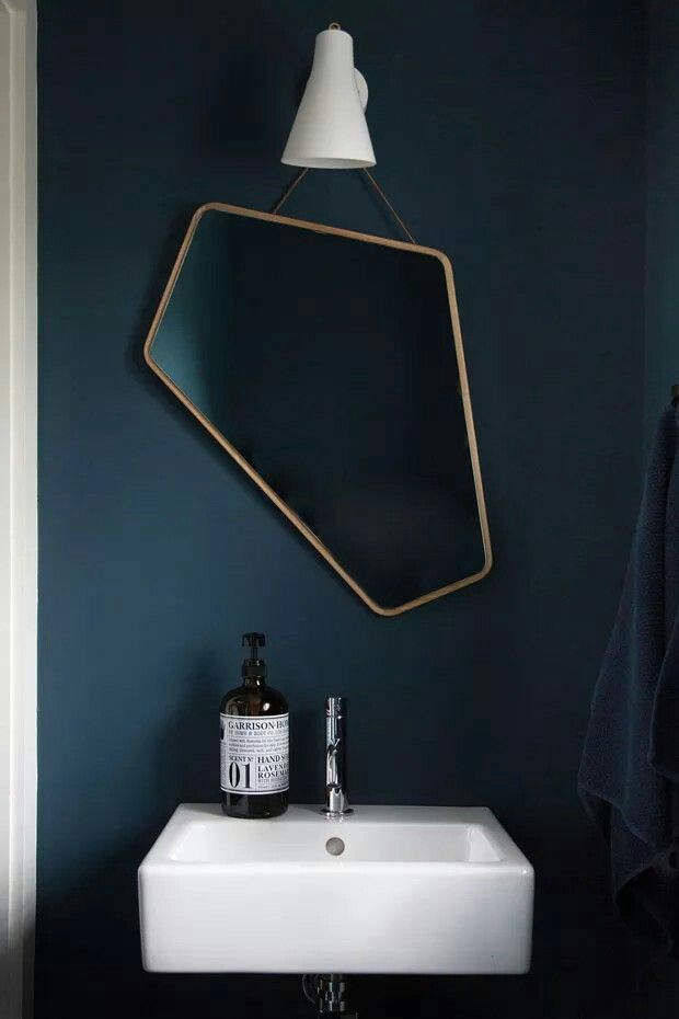 donkerblauwe verf icm zwarte tegel wc ontwerp huisdesign spiegel badkamer design badkamer