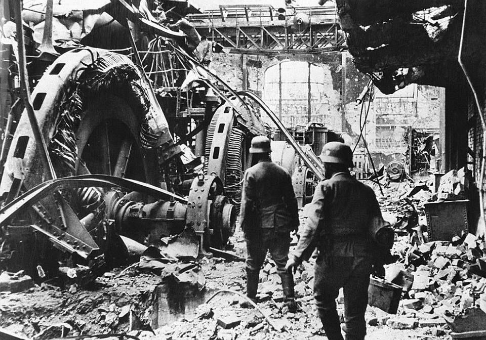 Miércoles, 14 de octubre de 1942. Stalingrado (URRSS). La ofensiva de hoy lleva a los alemanes al interior de las fábricas, convertidas en fortificaciones, al norte de Stalingrado.  Conectadas entre sí por túneles, repletas de trampas y llenas de recovecos donde ocultar un tirador a cubierto, la conquista de estos reductos ocupa a miles de hombres y cuesta mucha sangre entre las filas de la Wehrmacht.