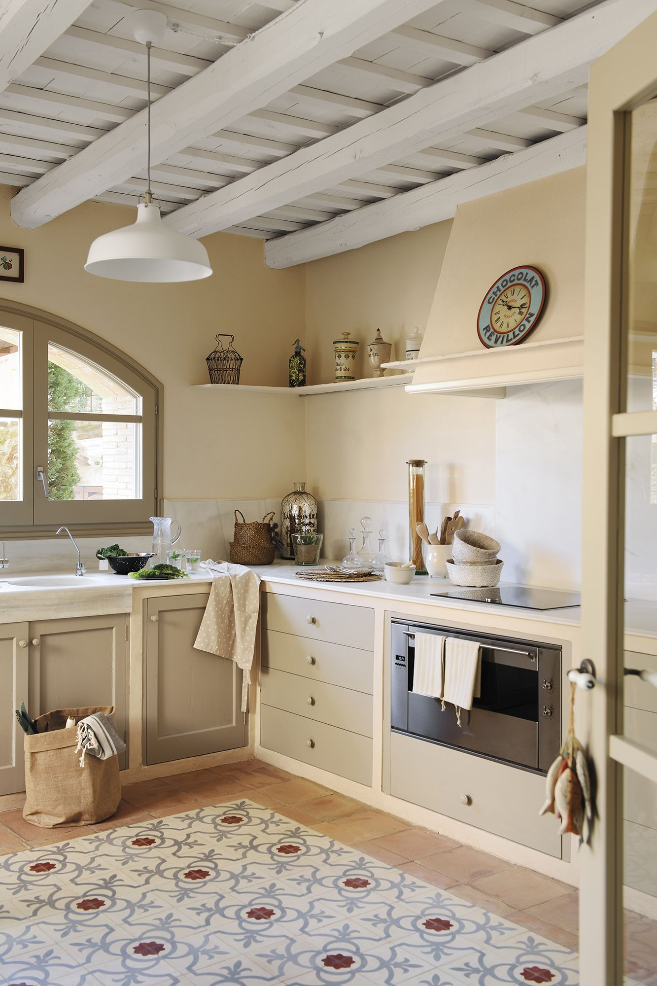 Cocina de aire rústico con suelo hidráulico y de toba catalana 048 DSC4280 d4414cce56b2