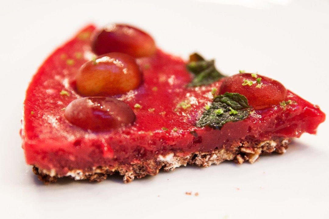 Torta crua e vegana com frutas e hortelã!