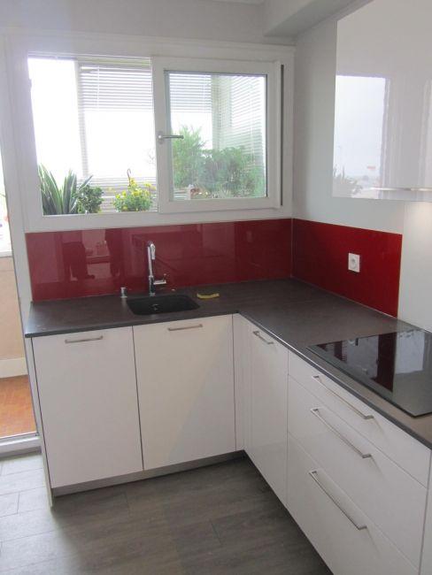 Cuisine contemporaine rouge et blanche - plan de travail gris et - plan de travail cuisine rouge
