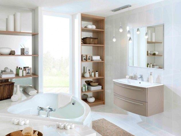 Vue du0027ensemble sur une salle de bain composé sur les murs et au sol