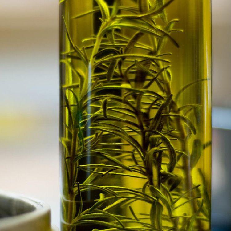 Romero Y Aceite De Oliva Para Mejorar Tu Piel Y Cabello Receta Alwaysinhealth Alwayshealth Health Thyme Oil Cooking With Olive Oil Edible Oil