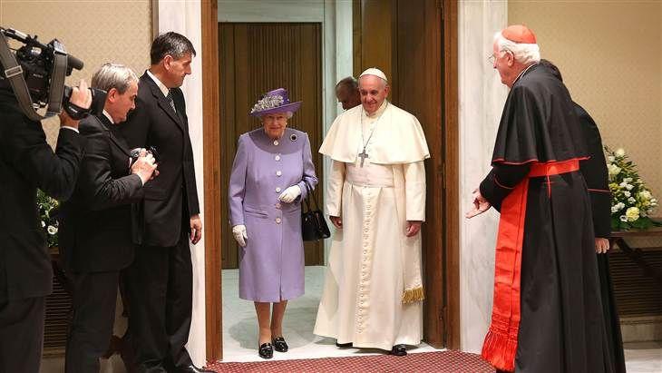 Así fue el histórico encuentro entre el Papa Francisco y la Reina de Inglaterra, Isabel II