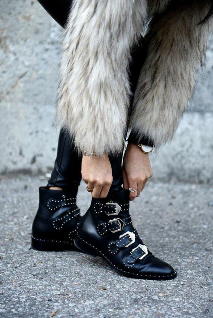 la tendance cloutée chez les chaussures, bottines basses noires à sangles,  un manteau en fourrure d1f4bd5637b9