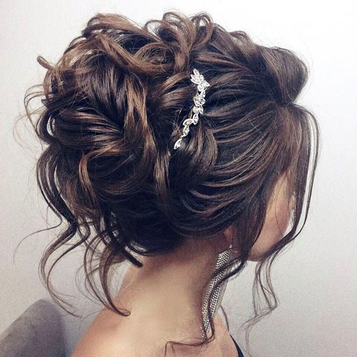 Messy updo hairstyle - Wedding Hairstyle for long hair #wedding #hairstyles #halfuphalfdown #bridalhair #weddinghair #hairstyleideas #hairinspiration #bridehairstyles
