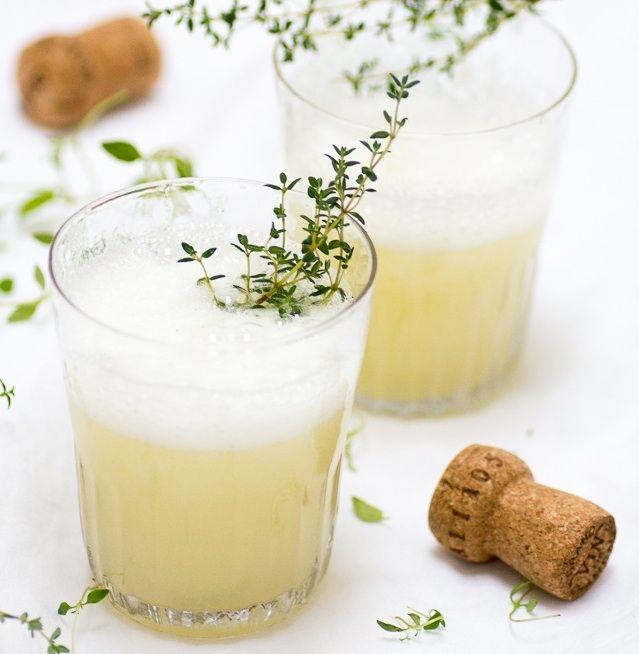 Bellini valmistetaan perinteisesti valkoisista persikoista.Tänä vappuna ajattelin kuitenkin kokeilla jotain uutta ja valmistaa klassikkodrinkin päärynästä ja timjamista. Itse valmistettu päärynänektari on herkullista, ja sen makeutta on helppo muokata om