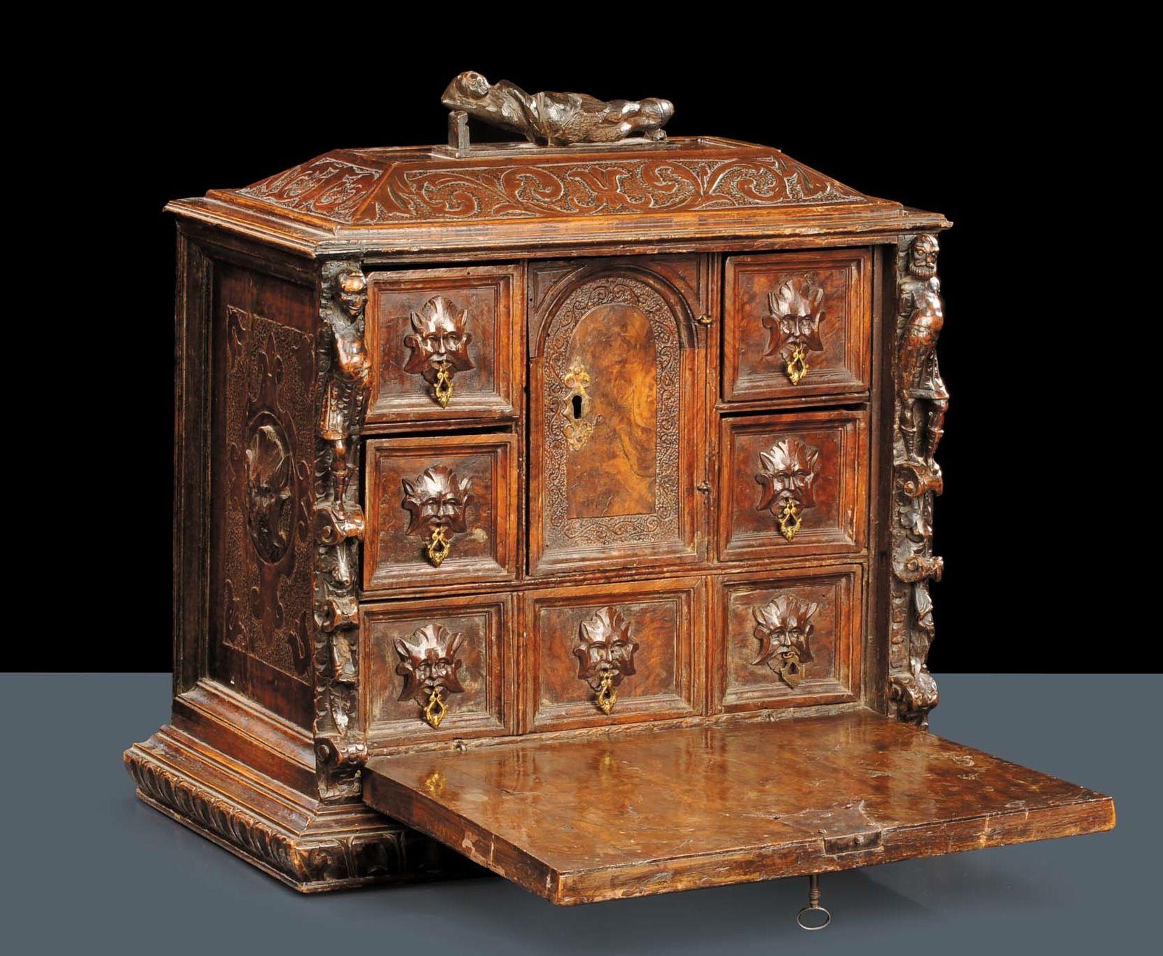 Stipo in legno di noce e radica di noce, Toscana XVI secolo ...