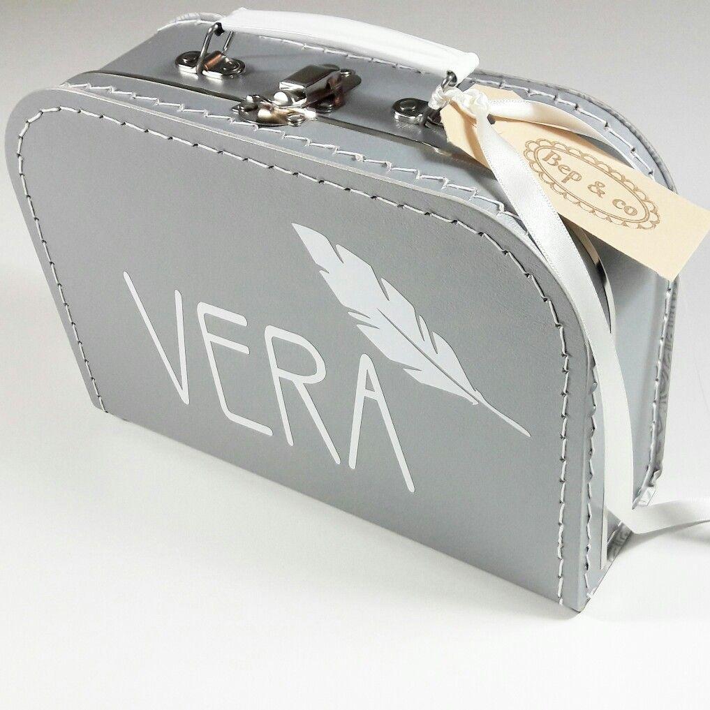 koffertje Vera nav geboortekaartje  #kraamkado #kraamkcadeau #kinderkoffertje #kinderkoffertjes #kadometnaam #geboortekaartje #koffertjemetnaam van www.bepenco.com
