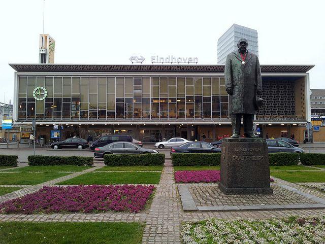 Standbeeld A.F. Philips met medaille by Noud!, via Flickr