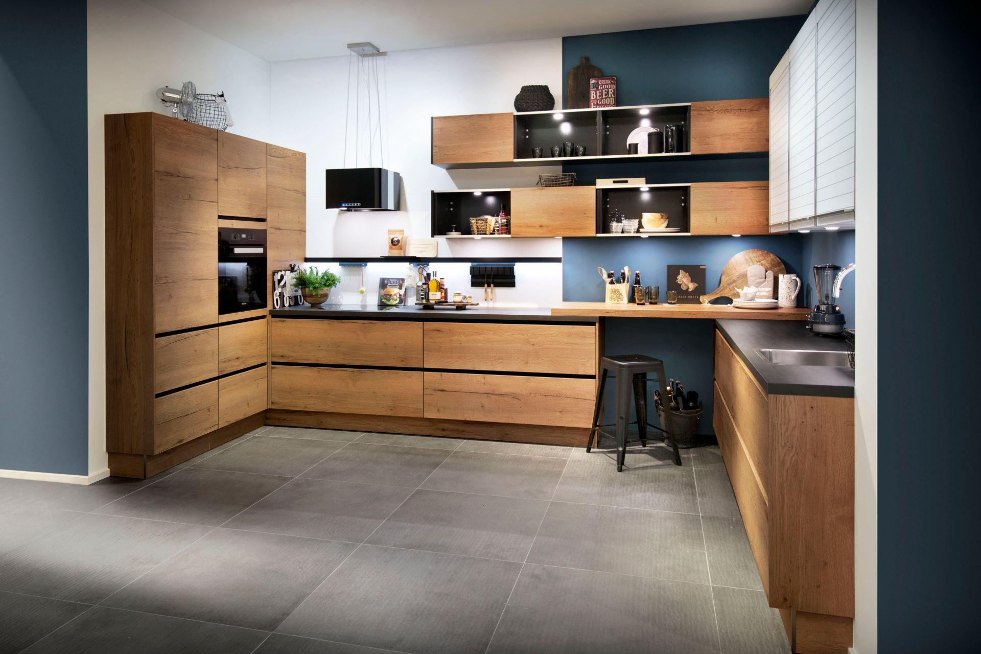 Bij Deze Keuken Van Het Merk Haecker Is Gewerkt Met Zwarte Greeplijsten Hierdoor Ontstaat Er Een Mooie Belijn Houten Keuken Keuken Inspiratie Keuken Ontwerpen