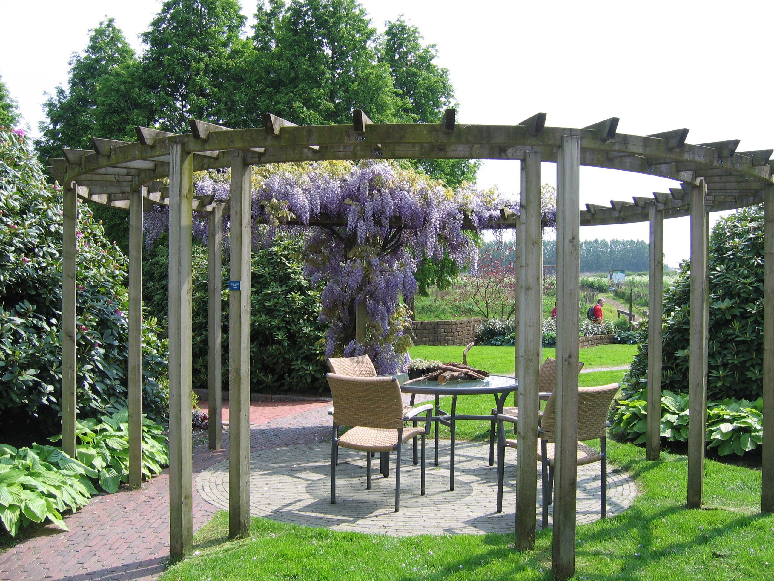 Pergola in cirkelvorm gezien in de voorbeeld tuinen van appeltern in nederland tuin pinterest - Terras met houten pergolas ...