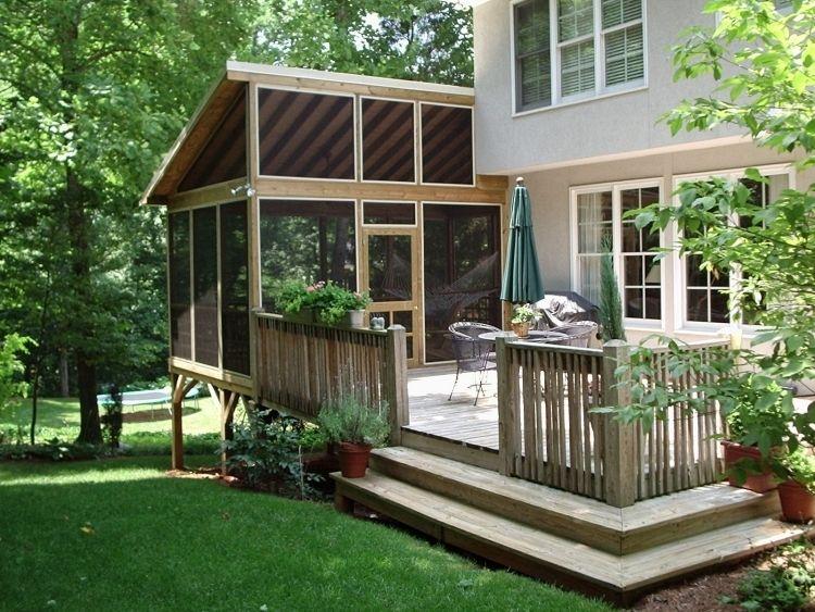 Véranda bois sur pilotis adjacente à la terrasse en bois et la ...