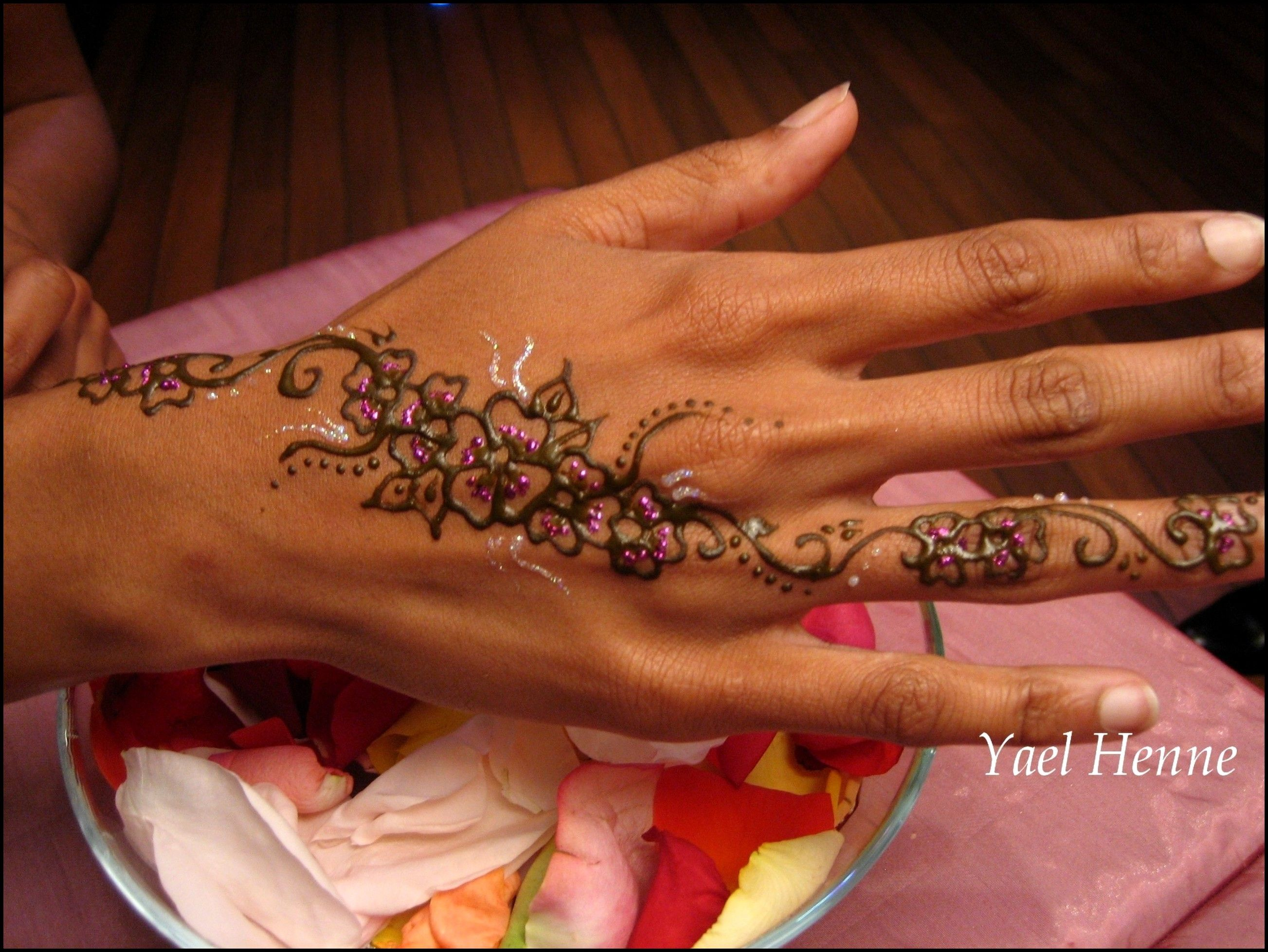 Dessin au henn et henn rose dessin au henne - Dessin de henne pour les mains ...