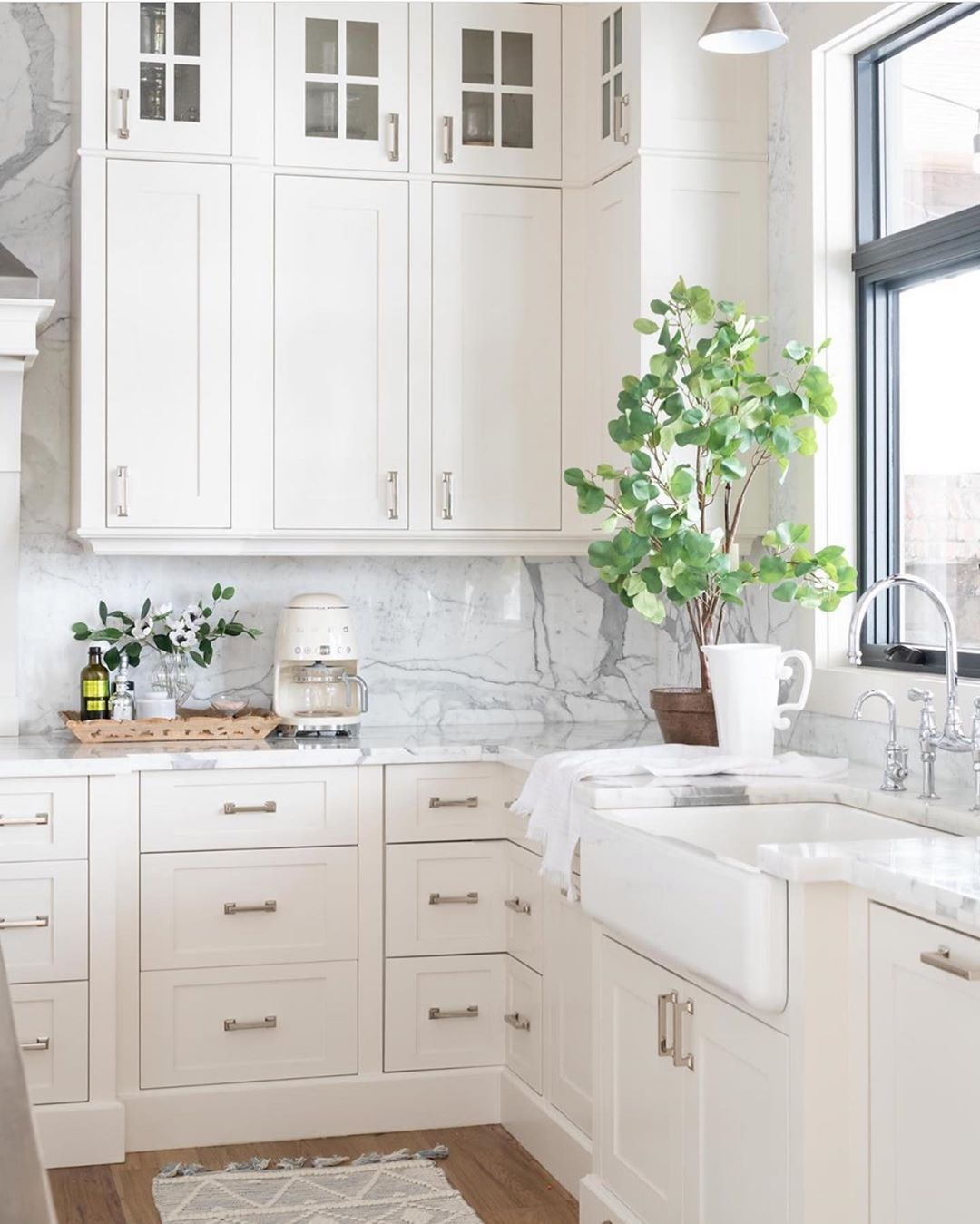 Pretty Little Interior On Instagram Gorgeous White Kitchen Inspo Love In 2020 Interior Design Kitchen Small White Marble Kitchen Countertops Small Kitchen Cabinets