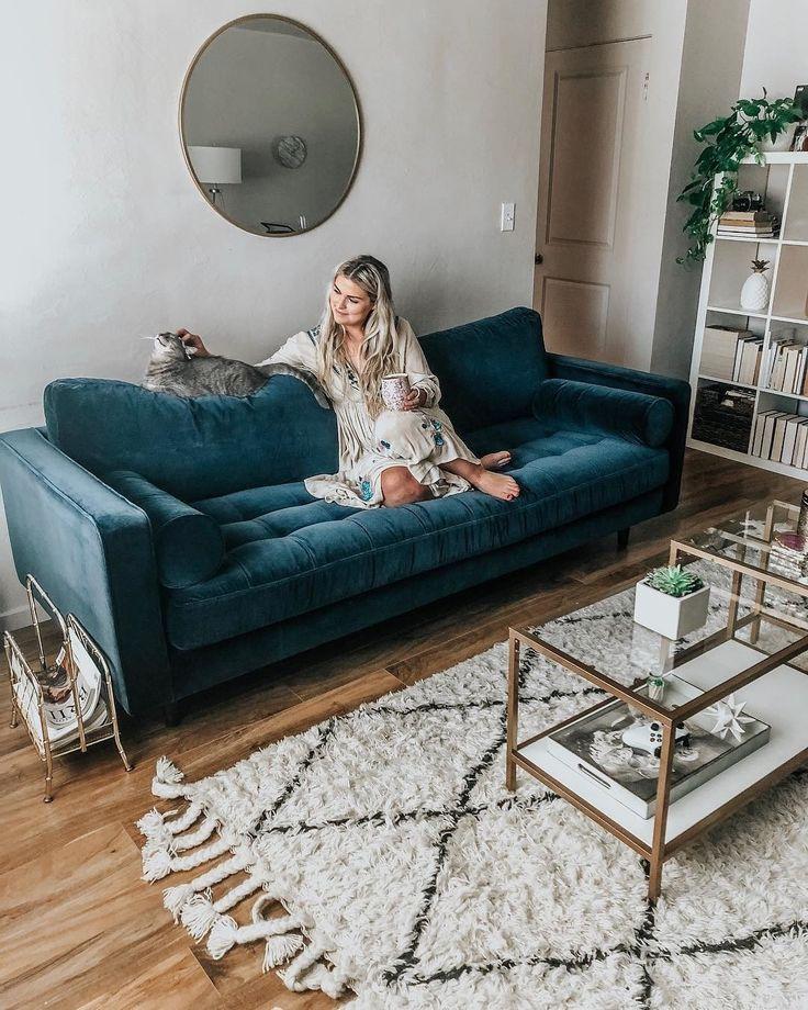 Kapitoniertes Sofa Aus Blauem Samt Gepolstert Beitrag Sven Modern Furniture Article Blue Sofas Living Room Blue Sofa Living Blue Couch Living