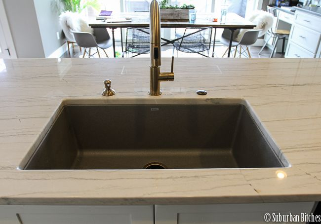 white macaubus quartzite countertops kitchens quartzite rh pinterest com