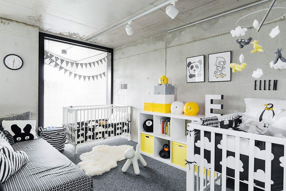 Edvardin ja Ellenin huoneen täyttää iloisen graafinen ilme. Viirinauhan Kate sai vauvakutsuillaan parhaalta ystävältään Paulalta. Lakanat ja pinnasängyn reunasuojat ovat Färg&Formin. Lasten nimet sänkyjen yläpuolella on sommiteltu Arne Jacobsenin Desing Letterseillä.