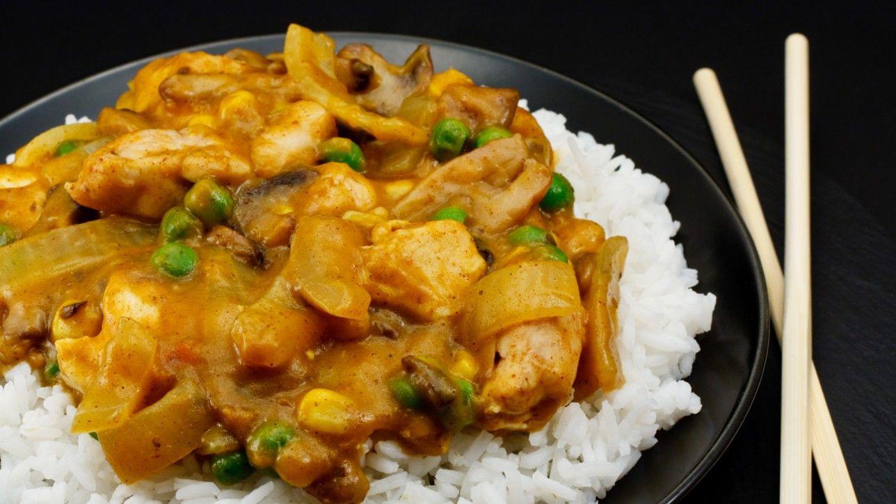 Curry de poulet indien épicé, pommes de terre et pois verts