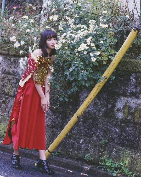 赤いスカートのオシャレで可愛い小松菜奈