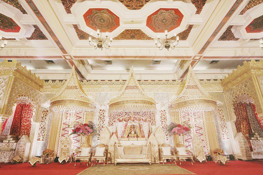 Pernikahan minang di balai sudirman dekorasi dari suryo decor www red and gold minang wedding of inda and dani junglespirit Image collections