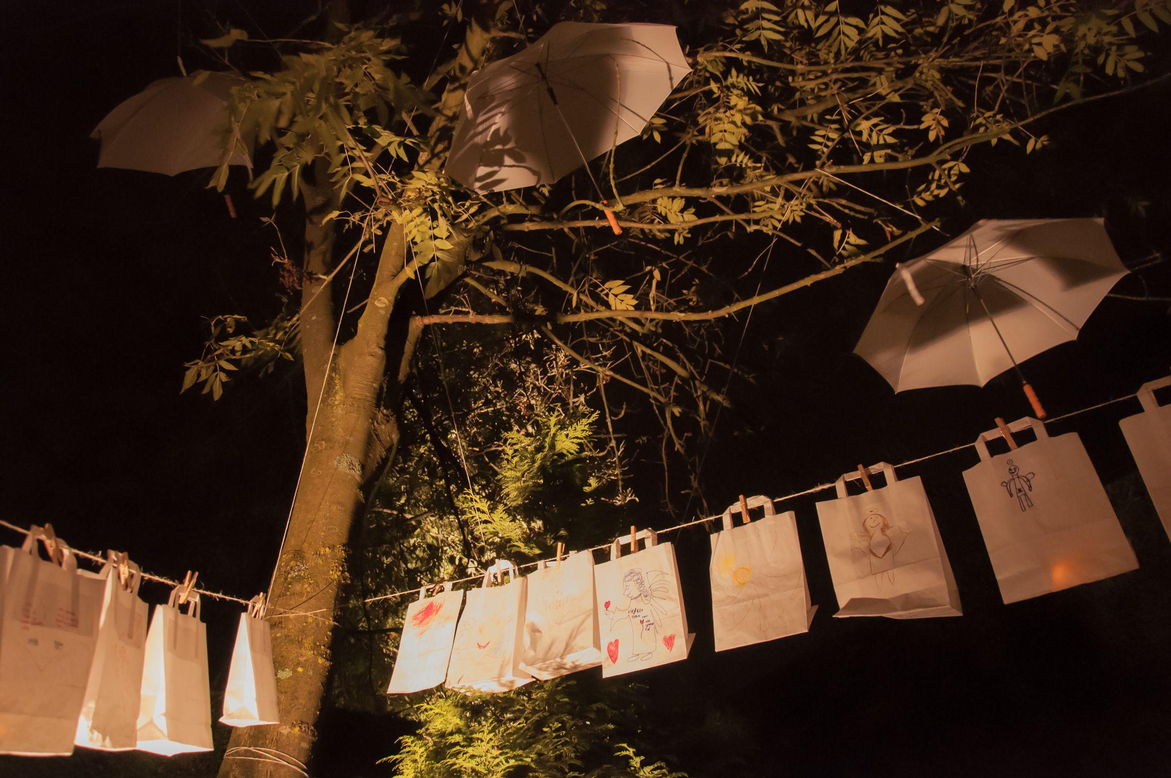 Waslijn met papieren tasjes - Allerzielen Alom