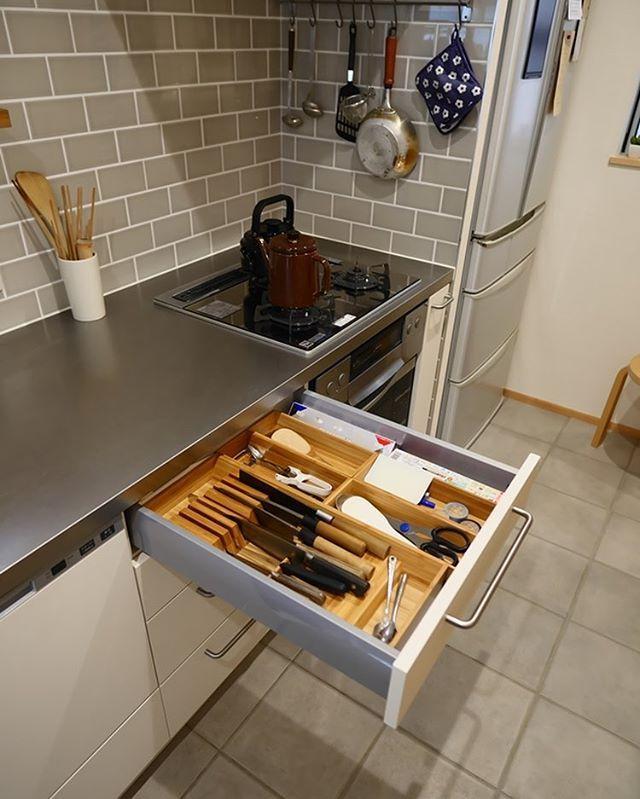Ikeaのキッチン収納ツールっておしゃれで使いやすいでもこの収納トレイikeaのキッチンサイズに合わせてあるので一般的なキッチンの収納では入らないことが多いのです 都会の小さな森の家のキッチンはとてもシンプルなキッチンですがだからこそオーダーキッチンの良さを