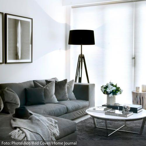 so sch n und so zeitlos sitzecke in grau mit schwarzer tripod stehleuchte und flachem. Black Bedroom Furniture Sets. Home Design Ideas